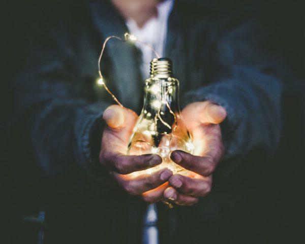 işletmeler için yolu aydınlatmayı temsil eden fotoğraf