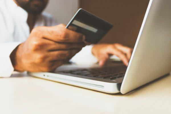 Internet Satışları, internet üzerinden ödeme yapmayı temsil eden fotoğraf