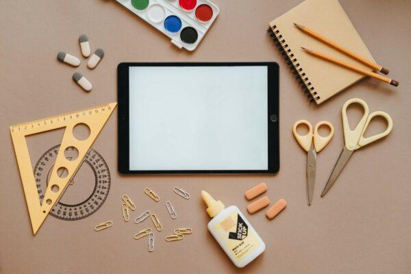 okullar açılırken e-ticaret satışlarını artırma ile ilgili okul gereçlerini temsil eden fotoğraf