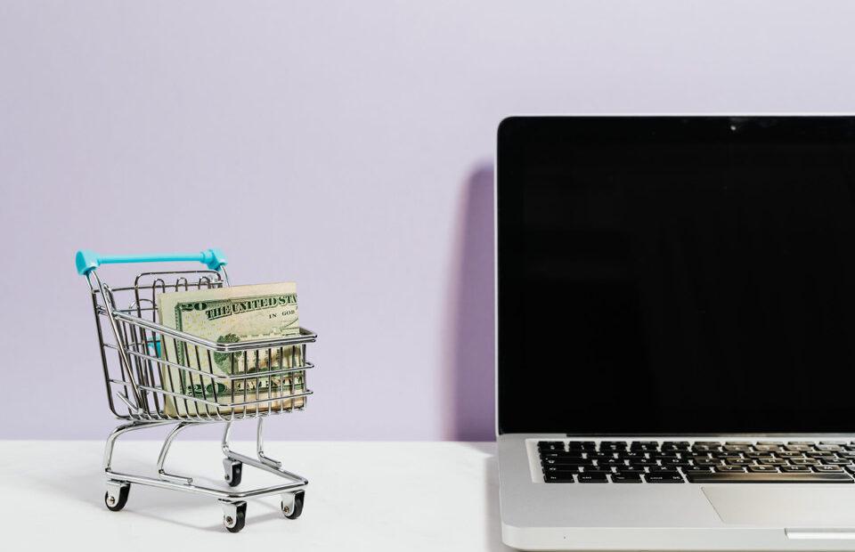 Az bütçe ile satış kanalları yaratmak başlığında bütçe ve e-ticareti temsil eden fotoğraf