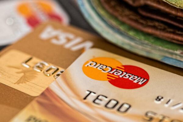 e-ticaret paketleri tanıtımında e-ticareti temsil eden kredi kartı fotoğrafı