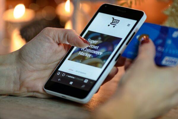 Trendyol'da mağaza üzerinden alışverişi temsil eden fotoğraf
