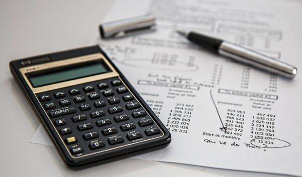 muhasebe hesabında stopaj vergisi hesaplamayı temsil eden fotoğraf