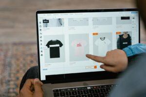 internetten satış için satışı yapılan ürünleri temsil eden fotoğraf